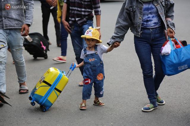 Chùm ảnh: Người dân đổ xô về quê nghỉ lễ 30/4 - 1/5, các cửa ngõ Sài Gòn bắt đầu ùn tắc kinh hoàng - Ảnh 33.