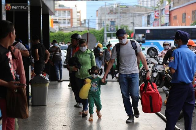 Chùm ảnh: Người dân đổ xô về quê nghỉ lễ 30/4 - 1/5, các cửa ngõ Sài Gòn bắt đầu ùn tắc kinh hoàng - Ảnh 34.