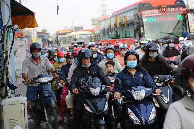 Chùm ảnh: Người dân đổ xô về quê nghỉ lễ 30/4 - 1/5, các cửa ngõ Sài Gòn bắt đầu ùn tắc kinh hoàng - Ảnh 36.