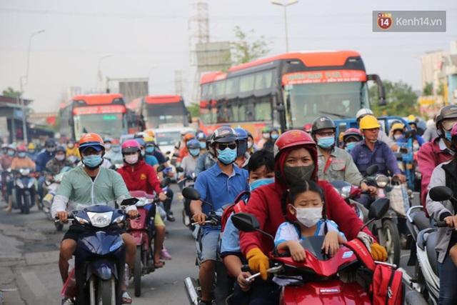 Chùm ảnh: Người dân đổ xô về quê nghỉ lễ 30/4 - 1/5, các cửa ngõ Sài Gòn bắt đầu ùn tắc kinh hoàng - Ảnh 37.