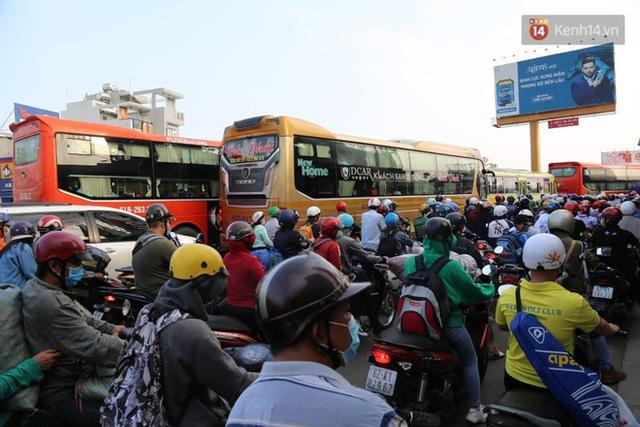 Chùm ảnh: Người dân đổ xô về quê nghỉ lễ 30/4 - 1/5, các cửa ngõ Sài Gòn bắt đầu ùn tắc kinh hoàng - Ảnh 38.