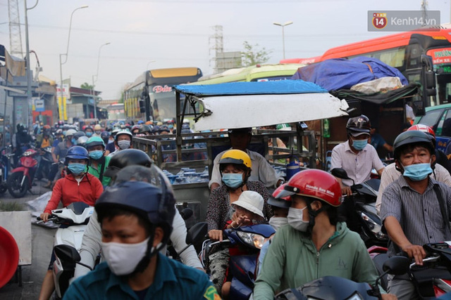 Chùm ảnh: Người dân đổ xô về quê nghỉ lễ 30/4 - 1/5, các cửa ngõ Sài Gòn bắt đầu ùn tắc kinh hoàng - Ảnh 39.