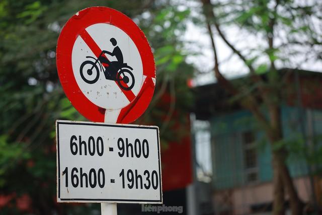 Bất chấp lệnh cấm giờ cao điểm, xe máy vẫn vô tư phi lên cầu vượt Láng - Lê Văn Lương - Ảnh 5.