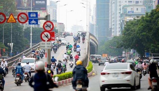 Bất chấp lệnh cấm giờ cao điểm, xe máy vẫn vô tư phi lên cầu vượt Láng - Lê Văn Lương - Ảnh 7.