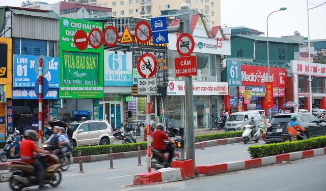 Bất chấp lệnh cấm giờ cao điểm, xe máy vẫn vô tư phi lên cầu vượt Láng - Lê Văn Lương - Ảnh 8.