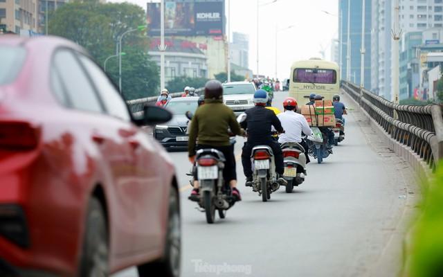 Bất chấp lệnh cấm giờ cao điểm, xe máy vẫn vô tư phi lên cầu vượt Láng - Lê Văn Lương - Ảnh 9.