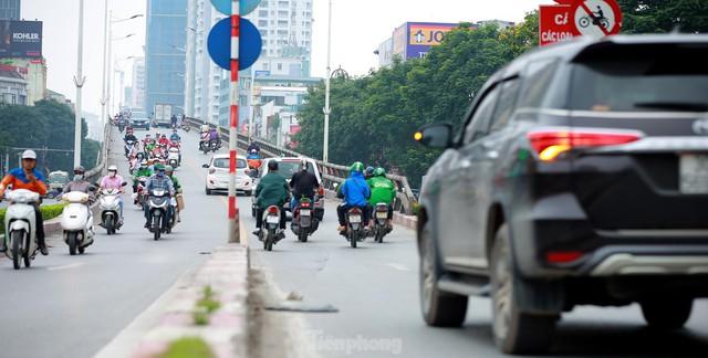 Bất chấp lệnh cấm giờ cao điểm, xe máy vẫn vô tư phi lên cầu vượt Láng - Lê Văn Lương - Ảnh 10.