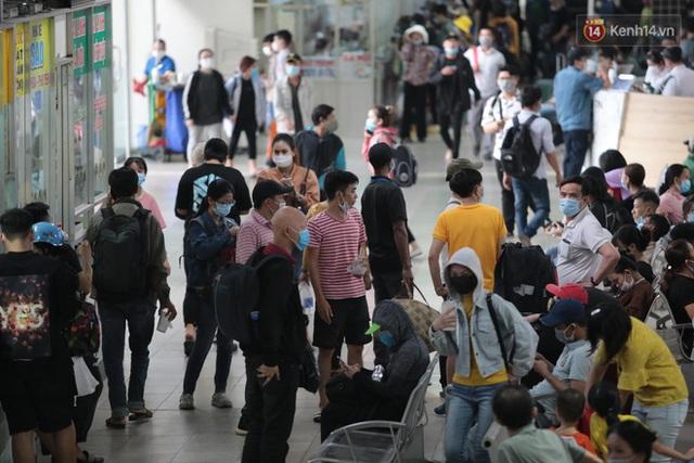 Chùm ảnh: Người dân đổ xô về quê nghỉ lễ 30/4 - 1/5, các cửa ngõ Sài Gòn bắt đầu ùn tắc kinh hoàng - Ảnh 10.