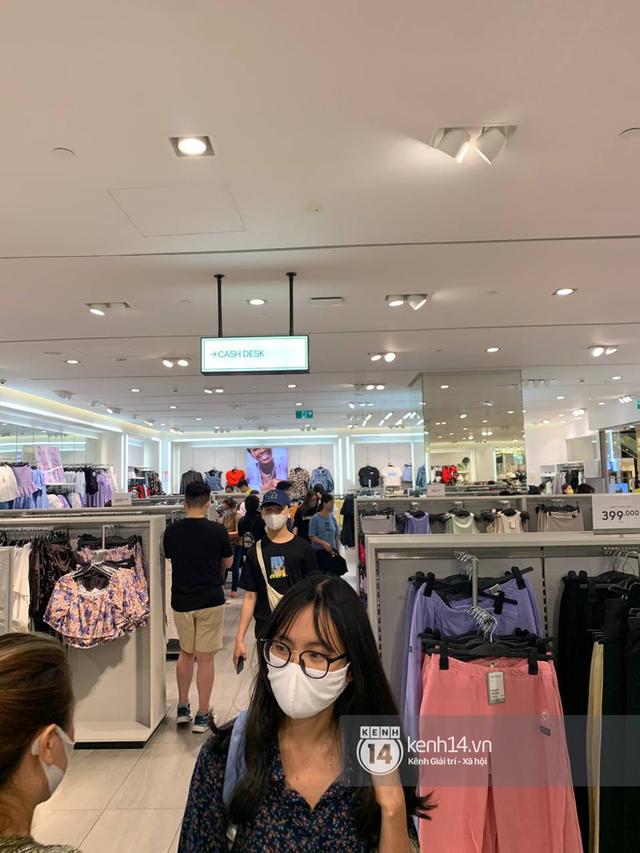 Loạt store H&M Việt Nam tối nay: Ở Hà Nội vắng hơn bình thường, bị viết cả lời phản đối lên poster; TP.HCM vẫn đông đúc - Ảnh 11.