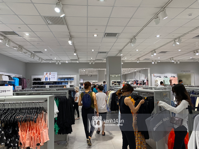 Loạt store H&M Việt Nam tối nay: Ở Hà Nội vắng hơn bình thường, bị viết cả lời phản đối lên poster; TP.HCM vẫn đông đúc - Ảnh 18.