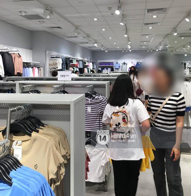 Loạt store H&M Việt Nam tối nay: Ở Hà Nội vắng hơn bình thường, bị viết cả lời phản đối lên poster; TP.HCM vẫn đông đúc - Ảnh 4.