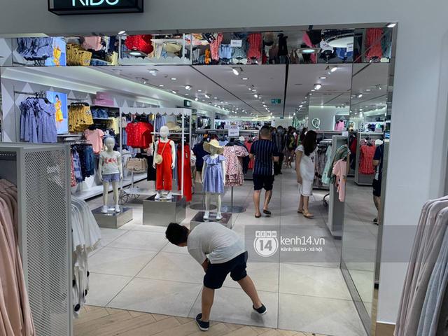 Loạt store H&M Việt Nam tối nay: Ở Hà Nội vắng hơn bình thường, bị viết cả lời phản đối lên poster; TP.HCM vẫn đông đúc - Ảnh 10.