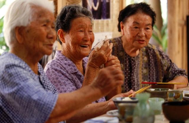 Nhật Bản có một tỉnh mệnh danh là vùng đất của người sống thọ nhất thế giới: Bí quyết của họ là 4 kiểu ăn uống mà ai cũng có thể học theo - Ảnh 2.