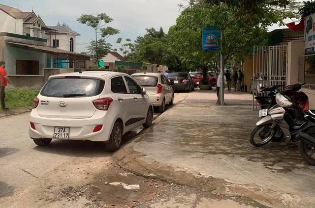 NÓNG: 4 người lạ đến nhà, chủ nhà nổ súng bắn 2 người tử vong tại chỗ - Ảnh 1.