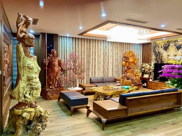 Nhà phố 450m2 của vợ chồng Hà Nội khiến dân tình loá mắt vì như biệt phủ gỗ, có món nặng đến mức 25 người khiêng - Ảnh 1.