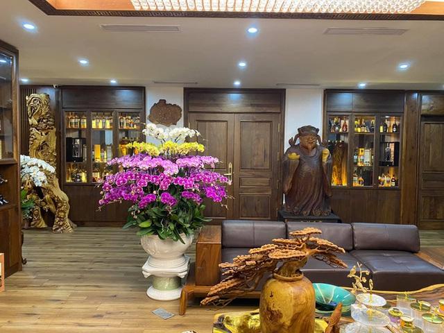 Nhà phố 450m2 của vợ chồng Hà Nội khiến dân tình loá mắt vì như biệt phủ gỗ, có món nặng đến mức 25 người khiêng - Ảnh 2.