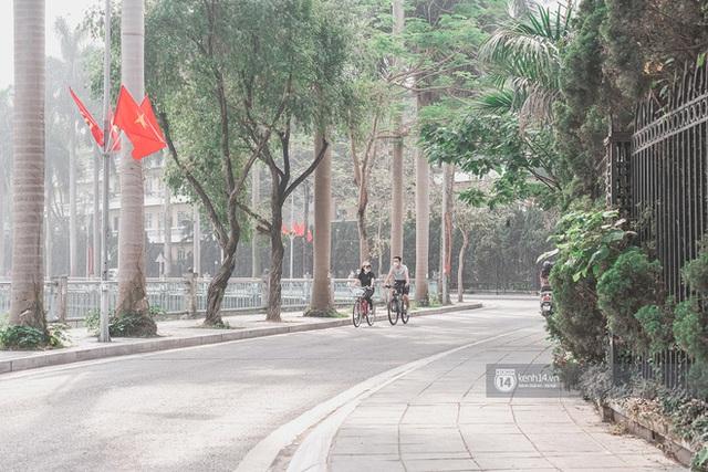 Hà Nội ngày đầu tiên nghỉ lễ: Vắng vẻ một cách bất ngờ do người dân đang chấp hành tốt về chống dịch! - Ảnh 3.