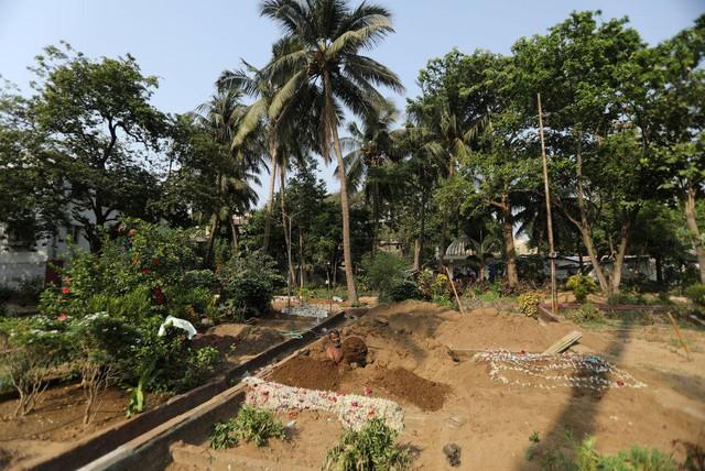 Người đào mộ ở Ấn Độ kiệt sức vì làm việc 24 giờ/ngày - Ảnh 1.