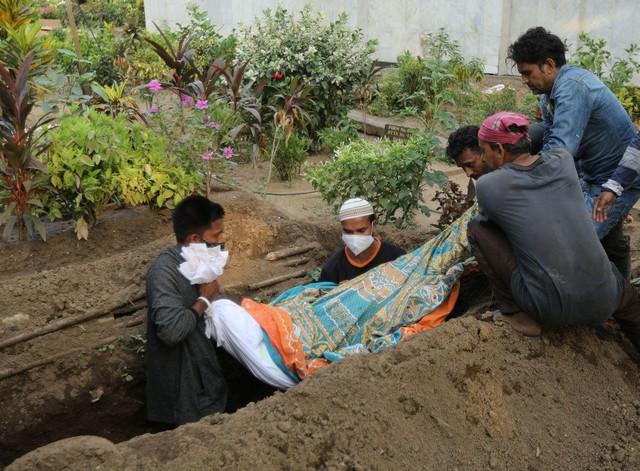 Người đào mộ ở Ấn Độ kiệt sức vì làm việc 24 giờ/ngày - Ảnh 2.