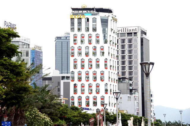 Cao ốc Đà Nẵng rực đỏ cờ Tổ quốc mừng lễ 30/4  - Ảnh 1.