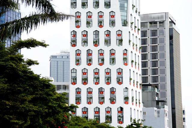 Cao ốc Đà Nẵng rực đỏ cờ Tổ quốc mừng lễ 30/4  - Ảnh 2.