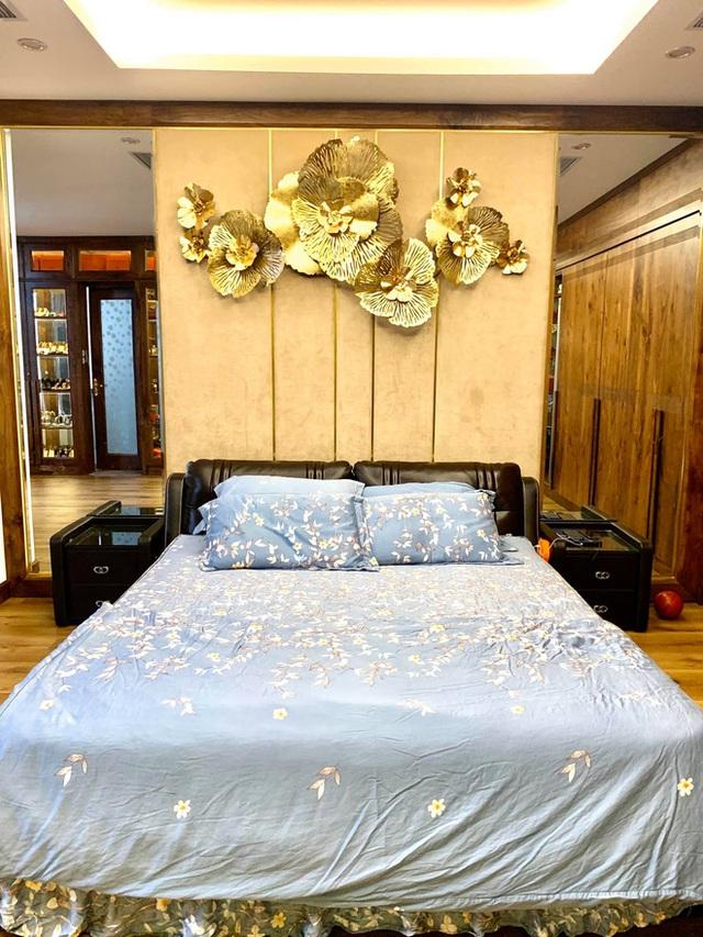 Nhà phố 450m2 của vợ chồng Hà Nội khiến dân tình loá mắt vì như biệt phủ gỗ, có món nặng đến mức 25 người khiêng - Ảnh 14.