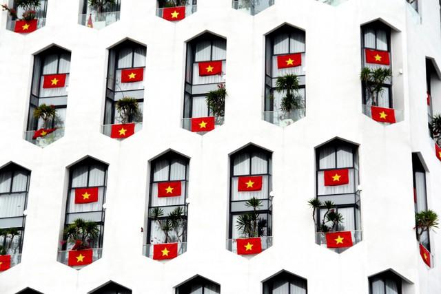 Cao ốc Đà Nẵng rực đỏ cờ Tổ quốc mừng lễ 30/4  - Ảnh 3.
