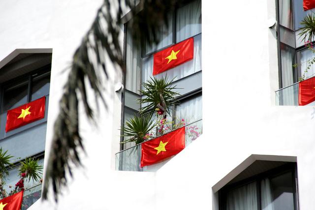 Cao ốc Đà Nẵng rực đỏ cờ Tổ quốc mừng lễ 30/4  - Ảnh 4.