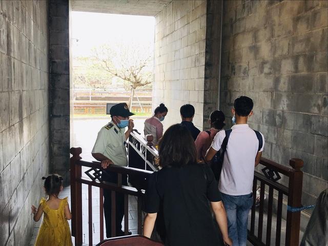 Du khách nườm nượp tới Huế ngày 30-4 - Ảnh 4.