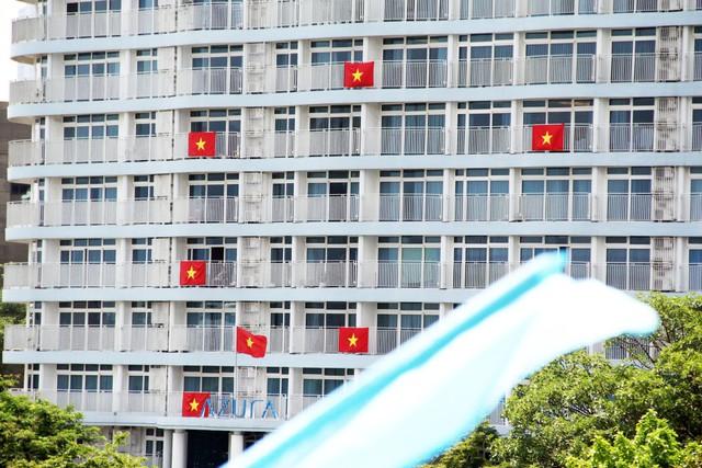 Cao ốc Đà Nẵng rực đỏ cờ Tổ quốc mừng lễ 30/4  - Ảnh 6.