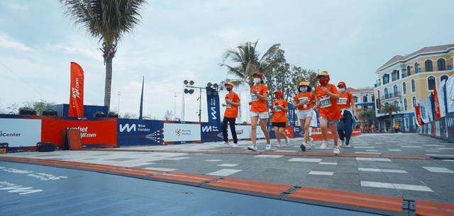 Khung cảnh VĐV Phú Quốc WOW Island Race 2021 đồng loạt đeo khẩu trang khi khởi động và trên đường chạy gây ấn tượng - Ảnh 9.