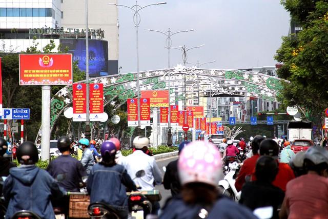 Cao ốc Đà Nẵng rực đỏ cờ Tổ quốc mừng lễ 30/4  - Ảnh 7.