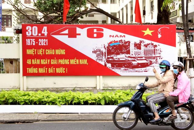 Cao ốc Đà Nẵng rực đỏ cờ Tổ quốc mừng lễ 30/4  - Ảnh 9.