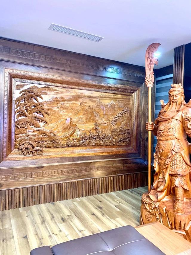 Nhà phố 450m2 của vợ chồng Hà Nội khiến dân tình loá mắt vì như biệt phủ gỗ, có món nặng đến mức 25 người khiêng - Ảnh 10.
