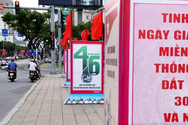 Cao ốc Đà Nẵng rực đỏ cờ Tổ quốc mừng lễ 30/4  - Ảnh 10.
