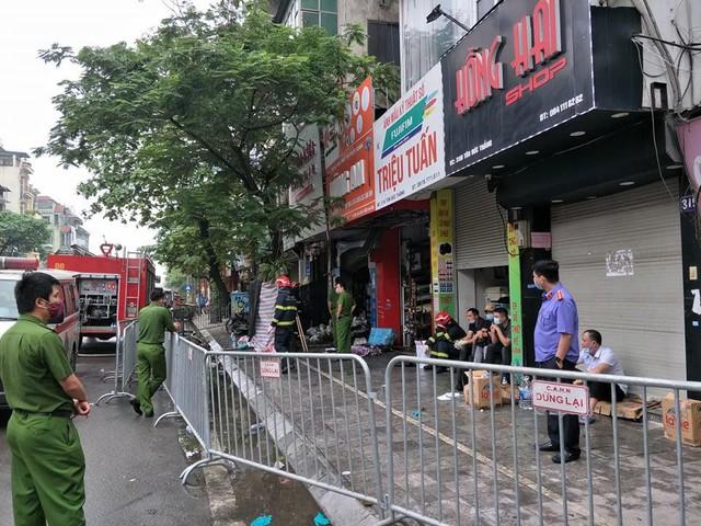 Cháy cửa hàng đồ dùng mẹ và bé trên phố Tôn Đức Thắng  - Ảnh 1.