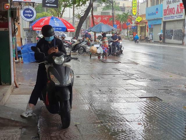 ẢNH: Mưa lớn bất ngờ vào giữa trưa, người Sài Gòn được giải nhiệt sau những ngày nắng nóng oi bức - Ảnh 12.