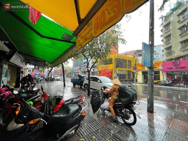 ẢNH: Mưa lớn bất ngờ vào giữa trưa, người Sài Gòn được giải nhiệt sau những ngày nắng nóng oi bức - Ảnh 15.