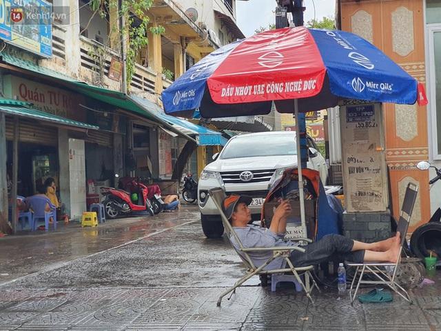 ẢNH: Mưa lớn bất ngờ vào giữa trưa, người Sài Gòn được giải nhiệt sau những ngày nắng nóng oi bức - Ảnh 16.