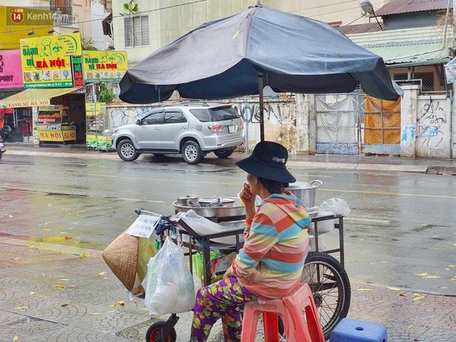 ẢNH: Mưa lớn bất ngờ vào giữa trưa, người Sài Gòn được giải nhiệt sau những ngày nắng nóng oi bức - Ảnh 17.