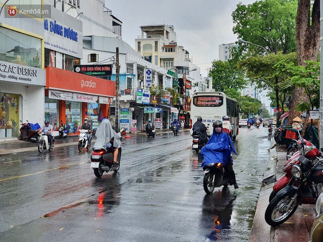 ẢNH: Mưa lớn bất ngờ vào giữa trưa, người Sài Gòn được giải nhiệt sau những ngày nắng nóng oi bức - Ảnh 18.