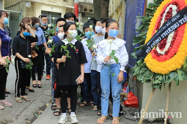 Nhói lòng những ánh mắt ngây thơ cùng nhành hoa trắng tiễn đưa nạn nhân nhỏ tuổi nhất trong vụ cháy nhà kinh hoàng trên phố Tôn Đức Thắng - Ảnh 3.