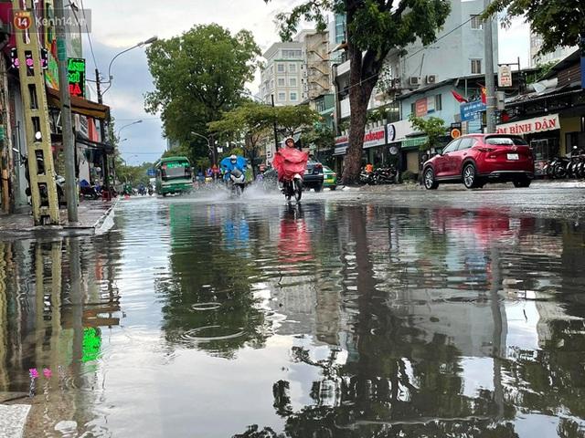 ẢNH: Mưa lớn bất ngờ vào giữa trưa, người Sài Gòn được giải nhiệt sau những ngày nắng nóng oi bức - Ảnh 3.