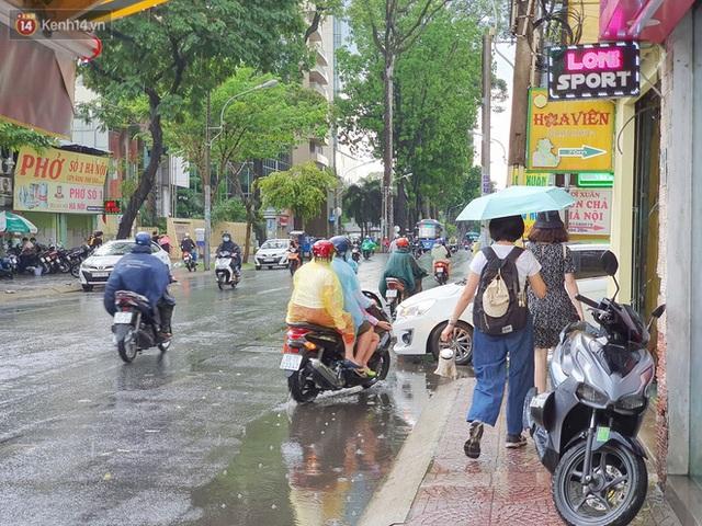 ẢNH: Mưa lớn bất ngờ vào giữa trưa, người Sài Gòn được giải nhiệt sau những ngày nắng nóng oi bức - Ảnh 21.