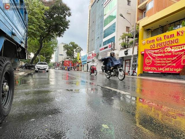ẢNH: Mưa lớn bất ngờ vào giữa trưa, người Sài Gòn được giải nhiệt sau những ngày nắng nóng oi bức - Ảnh 22.