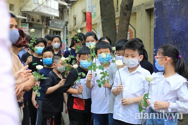 Nhói lòng những ánh mắt ngây thơ cùng nhành hoa trắng tiễn đưa nạn nhân nhỏ tuổi nhất trong vụ cháy nhà kinh hoàng trên phố Tôn Đức Thắng - Ảnh 4.