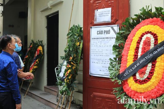 Nhói lòng những ánh mắt ngây thơ cùng nhành hoa trắng tiễn đưa nạn nhân nhỏ tuổi nhất trong vụ cháy nhà kinh hoàng trên phố Tôn Đức Thắng - Ảnh 5.