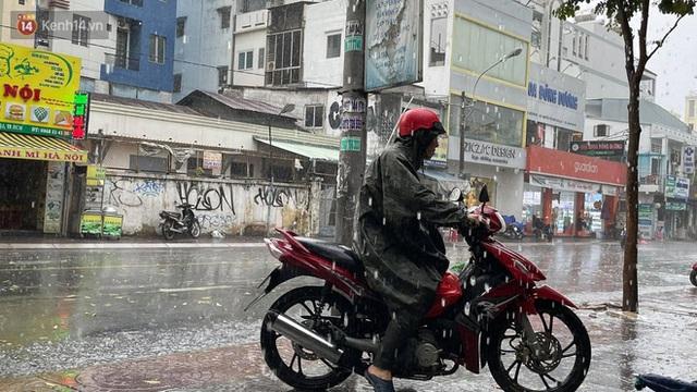 ẢNH: Mưa lớn bất ngờ vào giữa trưa, người Sài Gòn được giải nhiệt sau những ngày nắng nóng oi bức - Ảnh 5.