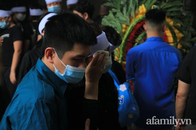Nhói lòng những ánh mắt ngây thơ cùng nhành hoa trắng tiễn đưa nạn nhân nhỏ tuổi nhất trong vụ cháy nhà kinh hoàng trên phố Tôn Đức Thắng - Ảnh 7.