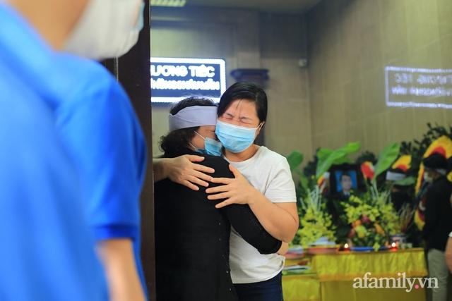 Nhói lòng những ánh mắt ngây thơ cùng nhành hoa trắng tiễn đưa nạn nhân nhỏ tuổi nhất trong vụ cháy nhà kinh hoàng trên phố Tôn Đức Thắng - Ảnh 8.